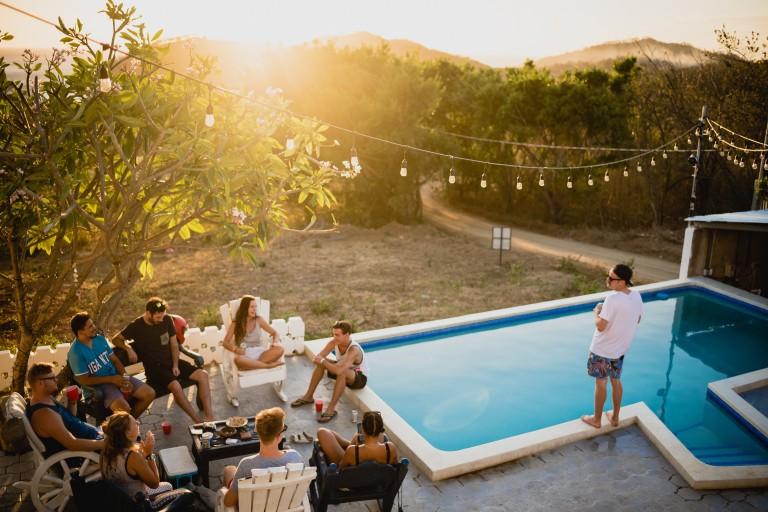 Pool party: cómo vestirse para una fiesta en la piscina