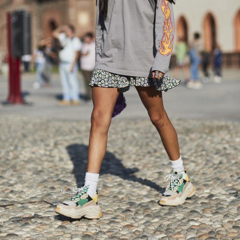 Como combinar vestidos de verano con zapatillas