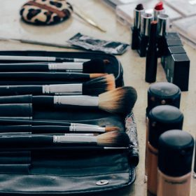 Tips sobre cómo sacar manchas de maquillaje en la ropa