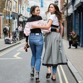 Manual de cómo llevar la tendencia pantalones bajo vestido