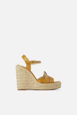 cd8e338d Zapatos Cuñas de mujer outlet Zara. > 150 productos. Mujer; Cuñas; Zara. Zara  Cuña estampado animal