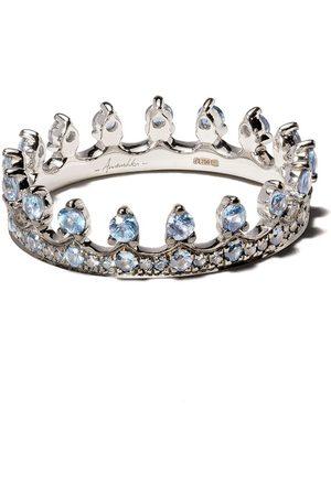 ANNOUSHKA Anillo con motivo de corona en oro blanco de 18kt con zafiro