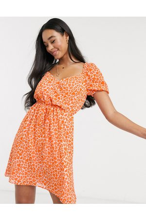 French Connection Vestido corto con estampado de labios y corazones en naranja neón de