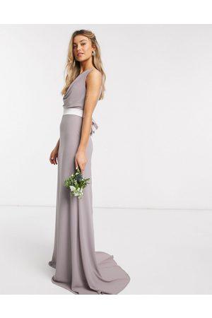 TFNC Vestido de dama de honor largo con cuello desbocado y lazo en la parte trasera en gris de