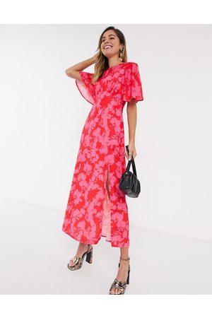 Style Cheat Vestido semilargo rojo con diseño floral en contraste y manga acampanada de