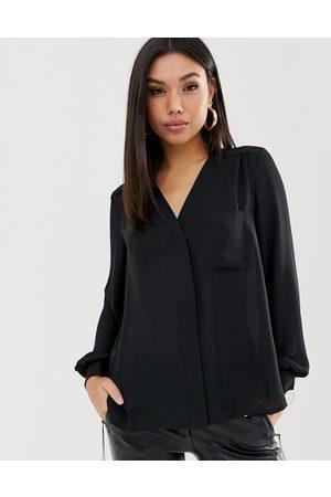 ASOS Blusa de manga larga con detalle de bolsillo en negro de