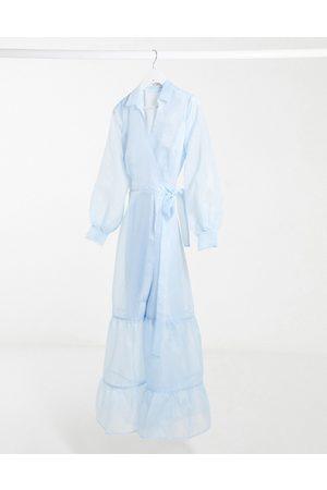 NA-KD Vestido largo con cintura cruzada de organza en azul claro de