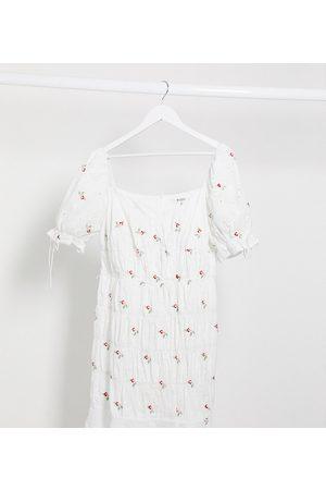 Missguided Vestido corto blanco con estampado de florecitas y detalle de frunces de