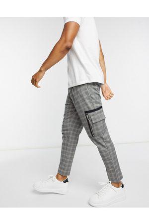 ASOS Hombre Pantalones cargo - Pantalones elegantes tapered con estampado de cuadros grises y bolsillos cargo de
