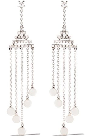 Yoko London Pendientes Sleek en oro blanco de 18kt con diamantes y perlas de Akoya