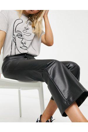 Monki Pantalones de cuero sintético de campana en Wendy de