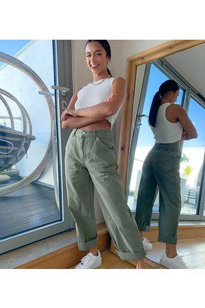 ASOS Pantalones chinos holgados en color caqui de ASOS DESIGN Petite-Verde