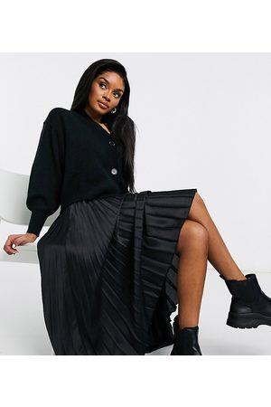 ASOS Falda midi negra plisada de satén de ASOS DESIGN Petite