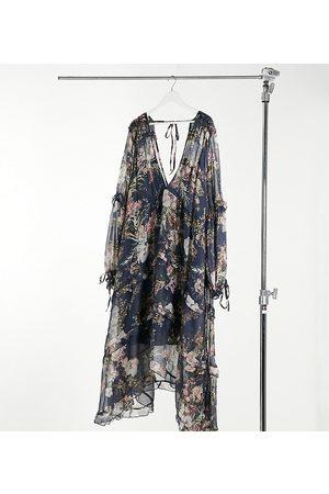 ASOS Vestido midi marino fruncido y escalonado con ribete de encaje y estampado floral de ASOS DESIGN Curve