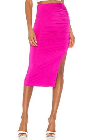 superdown Falda midi fruncida tiffani en color rosado talla M en - Pink. Talla M (también en S, XS, XXS).