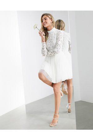 ASOS Vestido corto de boda con falda de malla y corpiño adornado Arabella de -Blanco