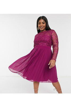 Chi Chi London Vestido midi color rosa arándano con falda plisada y parte superior de encaje de