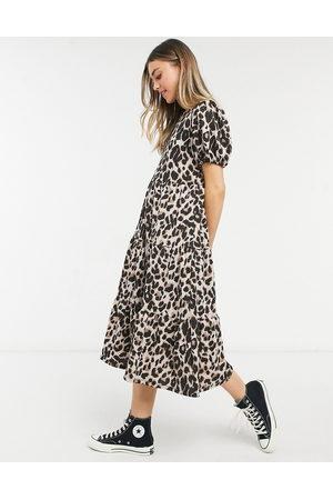 ASOS Vestido midi holgado y escalonado con estampado de leopardo de -Multicolor