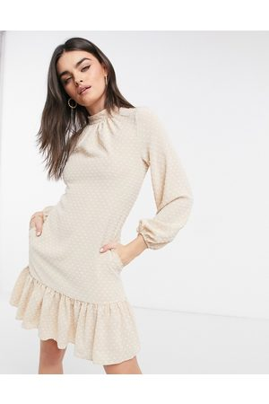 Closet Vestido corto color crema con cuello alto, mangas voluminosas y volante en el bajo de