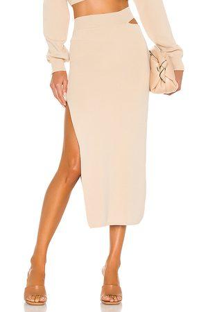 Michael Costello X revolve cut out knit midi skirt en color beige talla L en - Beige. Talla L (también en M, S, XS, XXS).