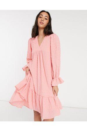 Y.A.S Vestido corto rosa amplio con bajo asimétrico, cuello de pico y acabado texturizado de
