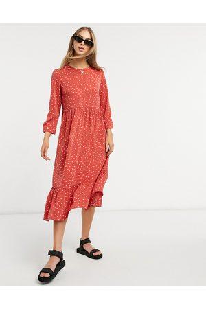 Glamorous Vestido midi rojo amplio con estampado de margaritas y volante en el bajo de