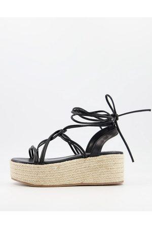 Glamorous Sandalias negras con plataforma plana de esparto de