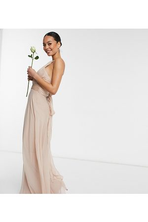 ASOS Tall Vestido de dama de honor largo rosa rubor fruncido con detalle de lazada en la cintura de estilo pichi de ASOS DESIGN Tall