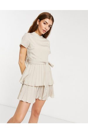 In The Style Vestido de estilo skater plisado con cuello alto y mangas de casquillo de x Billie Faiers-Blanco