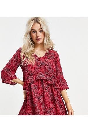 Vero Moda Petite Vestido rojo amplio con volantes en las mangas y estampado abstracto de -Multicolor