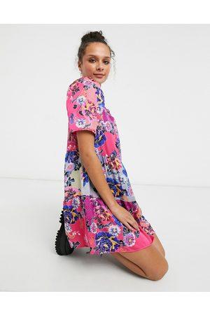 Liquorish Vestido corto amplio con mangas abullonadas y estampado floral rosa de