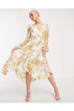 Forever New Vestido midi color marfil cruzado con estampado floral dorado y volantes de -Multicolor