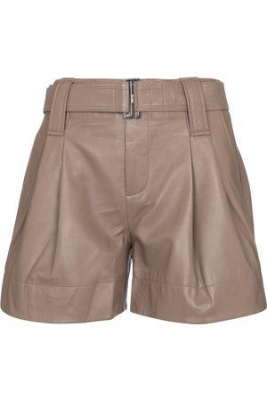 Ganni Shorts de piel con cinturón
