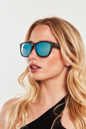 Hawkers Gafas montura negra y lentes espejadas azules.