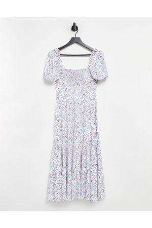 Forever New Vestido midi color marfil escalonado con diseño fruncido, mangas abullonadas y estampado floral de -Multicolor
