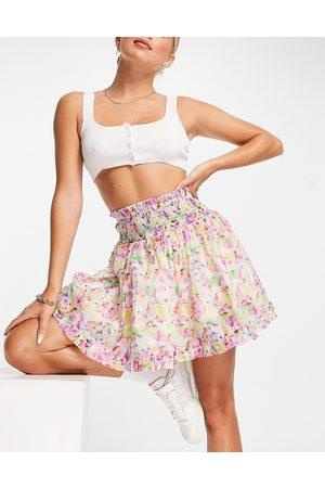 Lost Ink Minifalda con estampado floral estilo acuarela con cinturilla fruncida de organza de