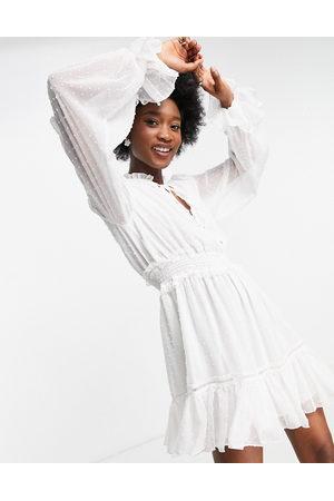 Forever New Vestido corto color marfil de corte skater con cintura fruncida y bajo con vuelo de -Blanco