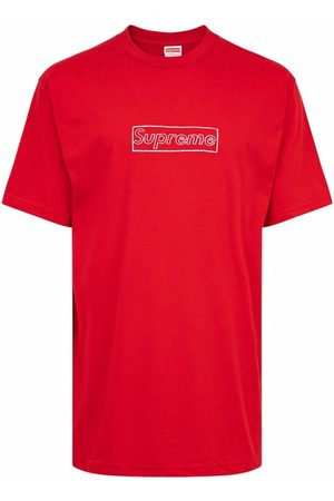Supreme Camiseta con logo de tiza de x KAWS