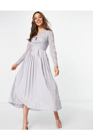 Little Mistress Vestido skater gris con falda plisada, detalle retorcido y abertura de encaje de
