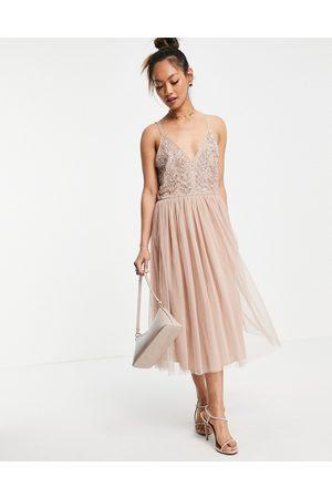 Maya Vestido midi rosa rubor con diseño de corpiño adornado de