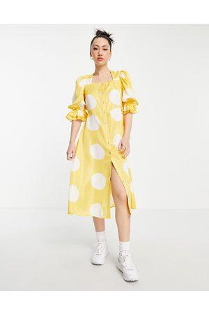 VERO MODA Vestido midi amarillo con lunares blancos, escote cuadrado y mangas abullonadas de -Multicolor