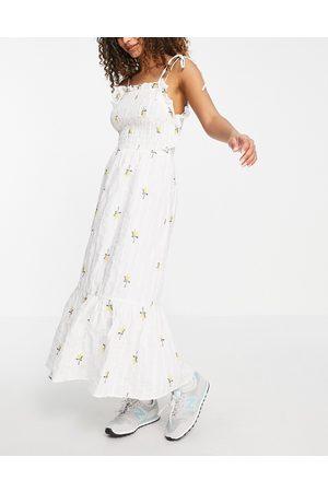 ASOS Vestido midi fruncido y texturizado con bordado floral de