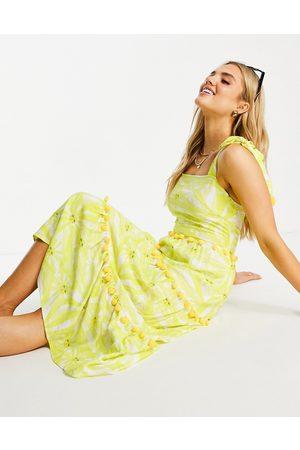 Never Fully Dressed Vestido veraniego midi amarillo escalonado con diseño estampado y detalle de pompones de