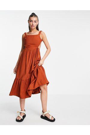 Fashion Union Vestido corto amplio con espalda al aire y detalle de volantes de -Marrón
