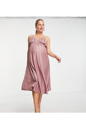 ASOS Vestido midi rosa de tirantes finos con busto fruncido de ASOS DESIGN Maternity