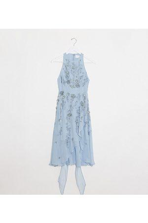 ASOS Vestido midi con cintura cruzada, falda escalonada fluida y adornos florales delicados en 3D de ASOS DESIGN Petite