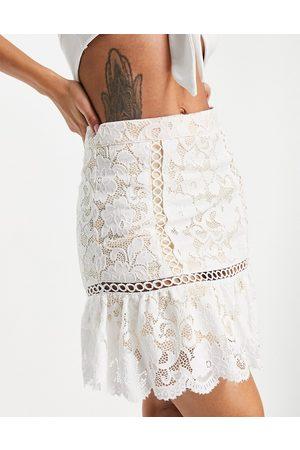Love Triangle Minifalda color con vuelo de encaje de (parte de un conjunto)-Blanco