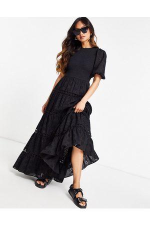 ASOS Vestido largo escalonado y fruncida con diseño bordado variado e insertos de encaje de
