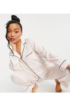 ASOS Pijama de camisa de manga larga y pantalones de satén de ASOS DESIGN Petite-Blanco