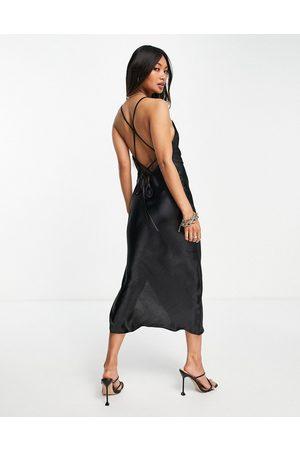 ASOS Vestido lencero midi de tirantes con diseño de tiras en la espalda de satén brillante de